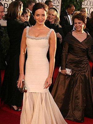 6ac8242de أكد الوكيل الإعلامي للممثلة البريطانية إيميلي بلانت صحة خبر خطوبتها للممثل  البريطاني أيضا جون كرازينسكي واحتمال إعلان موعد الزواج في الأسابيع المقبلة.