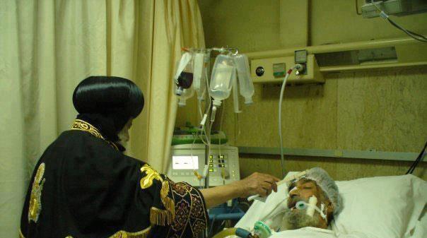بالصور النادرة  .. خدمة زيارة المرضى والمصابين لقداسة البابا شنودة ... كم هى عظيمة مح