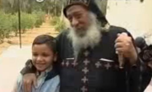 بالفيديو : اضحك من قلبك و لقطة نادرة للبابا شنودة .. و شوف قد ايه حب قداسة البابا